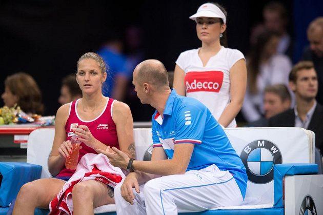 Fedcupový kapitán Petr Pála udílí pokyny Karolíně Plíškové při utkání s Marií Šarapovovou.
