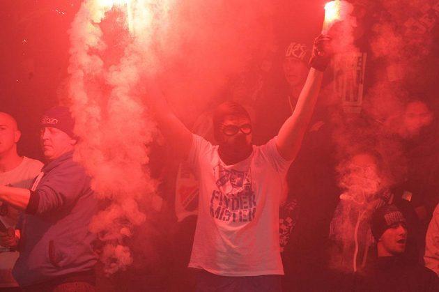Fanoušci v hledišti prožívali duel fotbalové HET ligy FC Baník Ostrava - MFK Karviná hodně emotivně.