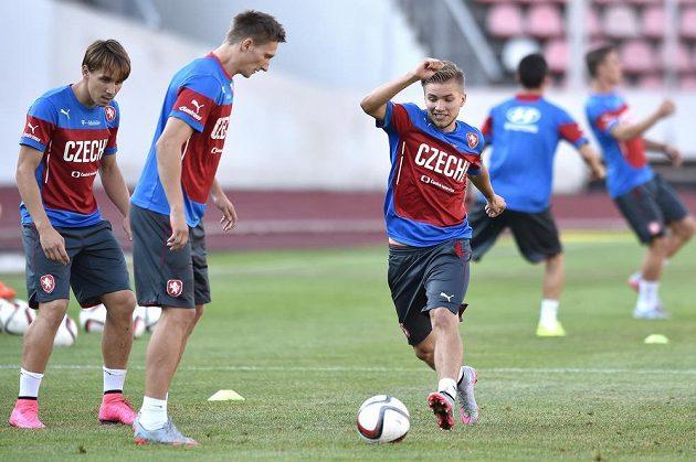 Fotbalisté (zleva) Josef Šural, Milan Škoda a Martin Frýdek během tréninku české reprezentace před dvojzápasem kvalifikace ME 2016 s Kazachstánem a Lotyšskem.