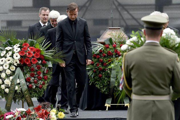 Vladimír Šmicer během posledního rozloučení s legendárním fotbalistou Josefem Masopustem.