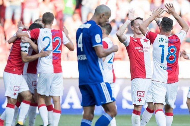 Fotbalisté Slavie Praha Jan Sýkora a Jan Bořil oslavují gól na 4:0 během utkání 5. kola HET ligy s Mladou Boleslaví.