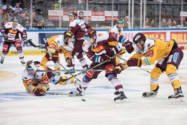 Robert Říčka ze Sparty Praha (uprostřed) a hokejisté Jihlavy Radek Hubáček (vlevo) a Anatolij Protasenja.