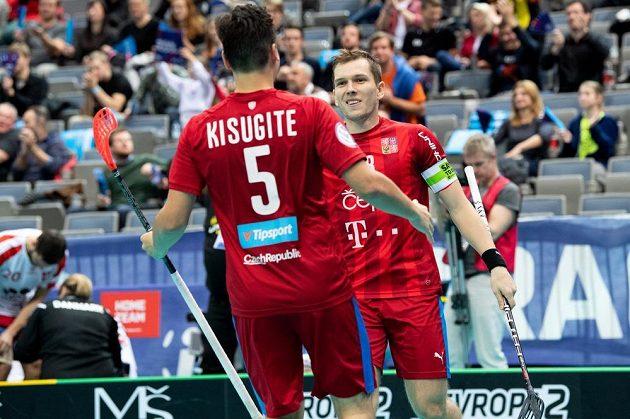 Čeští florbalisté Martin Kisugite a Matěj Jendrišák oslavují gól na 5:1 ve čtvrtfinále MS proti Dánům.