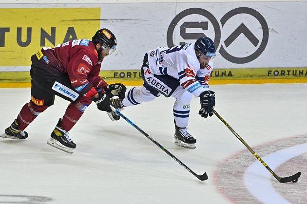 Zleva Adam Polášek ze Sparty a Lukáš Krenželok z Vítkovic.