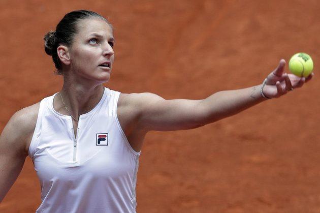 Česká tenistka Karolína Plíšková servíruje na turnaji v Madridu.