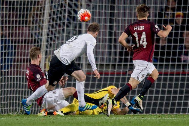 Plzeňský útočník Michael Krmenčík střílí gól na 2:0 při utkání na Spartě.