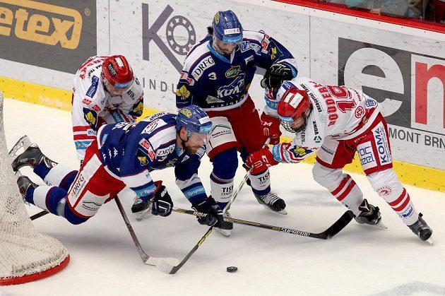 Třinecký Jiří Polanský (vlevo) v souboji s Jakubem Koreisem a Danem Spangem z Brna, vpravo Lukáš Doudera.