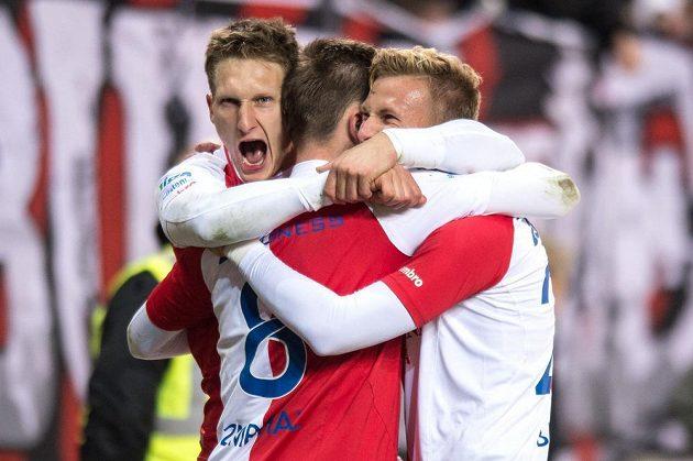 Fotbalisté Slavie Praha (zleva) Milan Škoda, Jaromír Zmrhal a Antonín Barák se radují z gólu proti Slovácku.