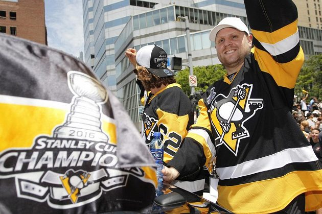 Útočníci Pittsburghu Carl Hagelin (62) a Phil Kessel při oslavách zisku Stanley Cupu.
