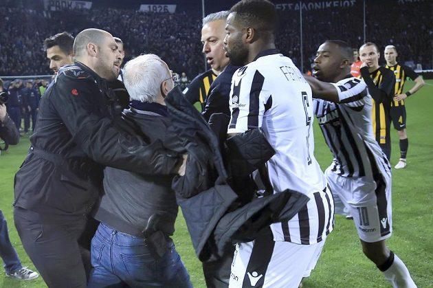 Vzteklého majitele PAOKu musel držet bodyguard. Osmapadesátiletý Savvidis by jinak napadl i hráče soupeře.