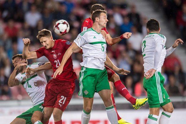 Český útočník Milan Škoda a obránci Severního Irska Gareth McAuley (č.4) a Jonny Evans během utkání kvalifikace MS 2018.