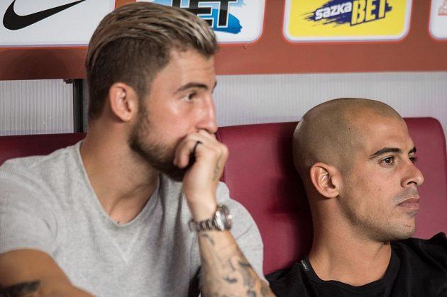 Lukáš Vácha (vlevo) a Tal Ben Chaim sledují utkání Sparta - Vitesse Arnhem.