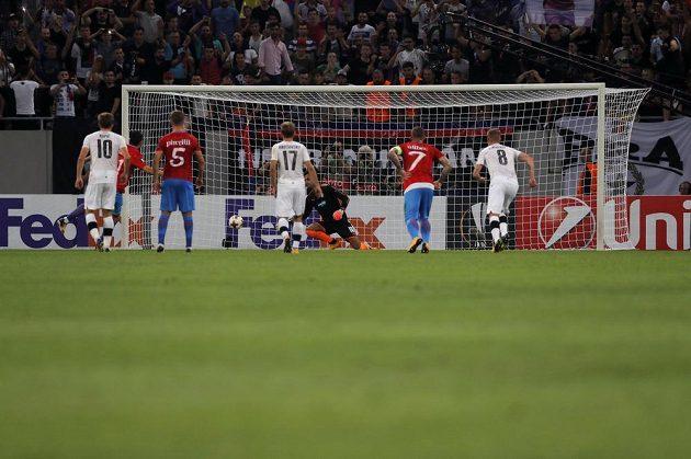 Constantin Budescu střílí z penalty první gól FCSB.