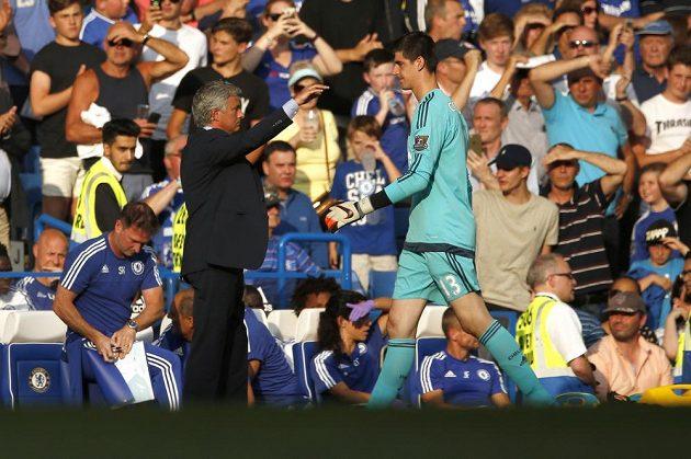 Vyloučený gólman Chelsea Thibaut Courtois opouští hrací plochu stadiónu Stamford Bridge.