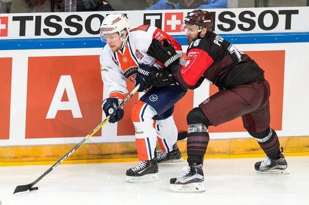 Robert Rosén z Växjö a Jan Piskáček (vpravo) ze Sparty během odvetného utkání semifinále hokejové Ligy mistrů.