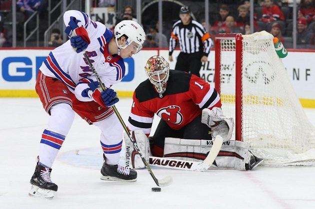 Český útočník týmu New York Rangers Filip Chytil se snaží prosadit v utkání NHL na ledě New Jersey Devils. Na gólmana New Jersey Devils Keitha Kinkaida si ale nepřišel.