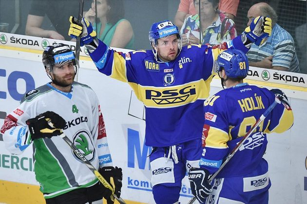 Autor třetího gólu Roberts Bukarts (druhý zprava) a Petr Holík ze Zlína se radují, vlevo je Tomáš Voráček z Boleslavi.