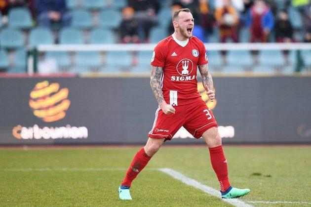 Olomoucký Jakub Řezníček se raduje z gólu proti Dukle.