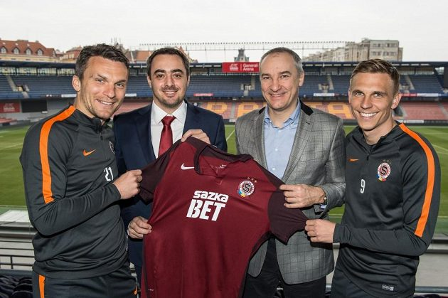 Nový dres Sparty představují zleva kapitán David Lafata, ředitel Adam Kotalík, generální ředitel společnosti Sazka Robert Chvátala a reprezentant Bořek Dočkal.