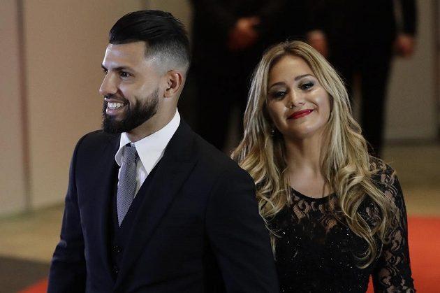 Útočník Manchesteru City Sergio Agüero s přítelkyní Karinou Tejeda na svatbě argentinského fotbalisty Lea Messiho.
