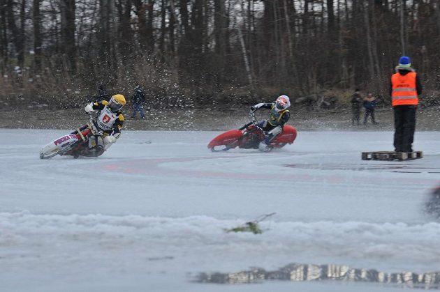 Ledová plochá dráha na rybníku Hluboký v Holicích.