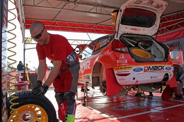 Ford Fiesta WRC Martina Prokopa v servisní zóně Portugalské rallye.