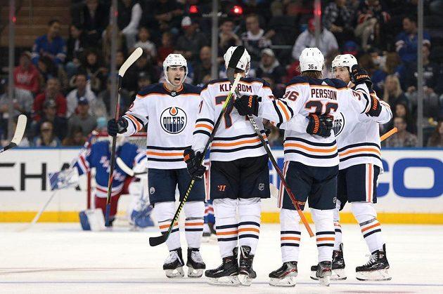 Radost hokejistů Edmontonu Oilers po trefě obránce Oscara Klefboma (77) do sítě Rangers.