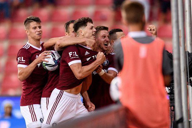 Ladislav Krejčí mladší ze Sparty oslavuje se spoluhráči gól.
