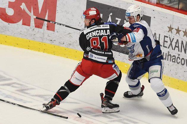 Zleva David Cienciala z Třince a Ondřej Němec z Brna v souboji během prvního finále hokejové extraligy.