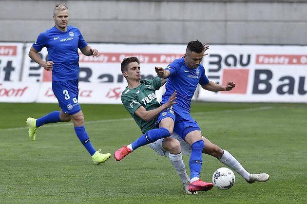 Dominik Pleštil z Jablonce atakuje Jakuba Peška z Liberce během podještědského derby.