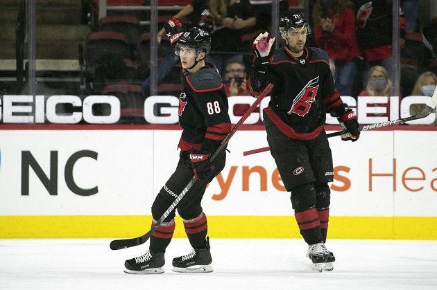 Útočník Caroliny Hurricanes Martin Nečas (88) slaví gól v utkání NHL proti Chicagu Blackhawks.