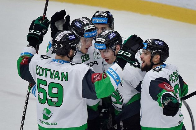 Hokejisté Mladé Boleslavi se radují z gólu (zleva) Oldrich Kotvan, Pavol Skalický, Jakub Klepiš, autor branky Lukáš Žejdl a Dominik Pacovský.
