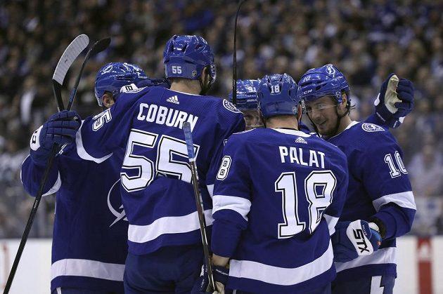 Radost v podání hokejistů Tampy Bay Lightning během utkání NHL. Slaví i český útočník Ondřej Palát.