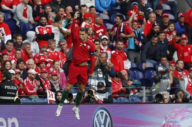 Cristiano Ronaldo se parádně trefil z přímého volného kopu