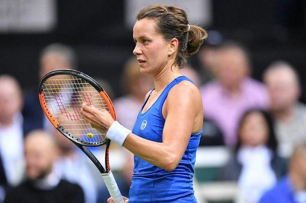 Barbora Strýcová v zápase proti Sofii Keninové z amerického týmu ve finále Fed Cupu.