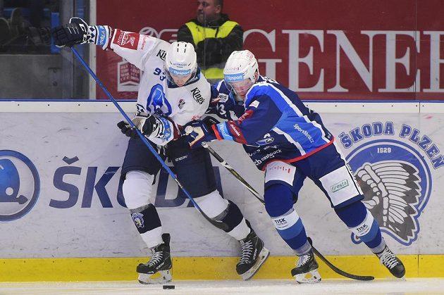 Matyáš Kantner z Plzně a Jack Glover z Brna v souboji během extraligového utkání.