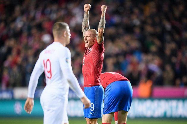 Český útočník Zdeněk Ondrášek oslavuje vítězný gól proti Anglii.