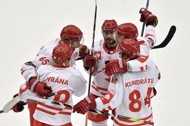Třinečtí hráči se radují z prvního gólu. Vpravo je autor branky Tomáš Kundrátek.