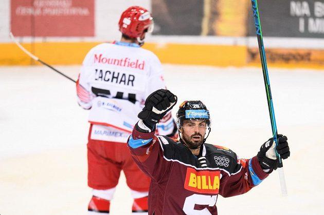 Hokejista Michal Řepík ze Sparty oslavuje gól v extraligovém utkání s Mountfieldem.
