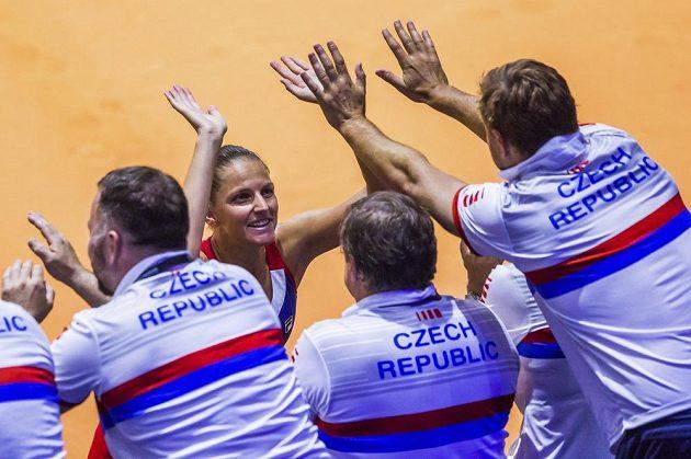 Česká tenistka Karolína Plíšková se raduje z vítězství nad Němkou Angelique kerberovou v úvodním dnu semifinále Fed Cupu.