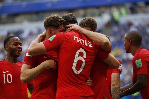 Spoluhráči gratulují ke gólu Harrymu Maguiremu, který poslal Anglii svou hlavičkou do vedení v zápase se Švédskem.
