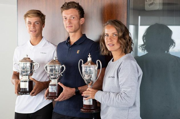 Trio šampionů. Tenistka Barbora Strýcová a junioři Jonáš Forejtek (vlevo) a Jiří Lehečka po návratu z Wimbledonu.