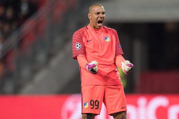 Brankář Apoelu Boy Waterman slaví postup po utkání play off Ligy mistrů se Slavií.