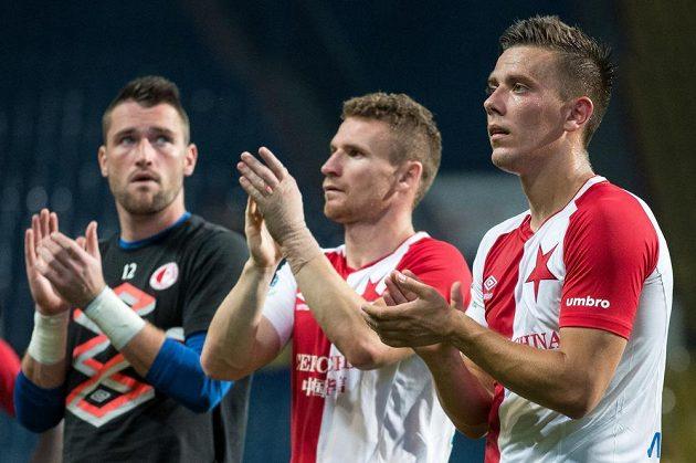 Fotbalisté Slavie Jaroslav Mihalík (vpravo), Muris Mešanovič (uprostřed) a Martin Berkovec po utkání v Teplicích.