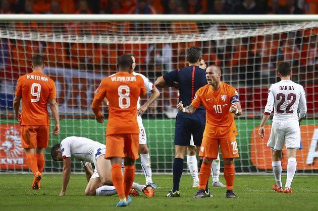 Nizozemský kapitán Wesley Sneijder (druhý zprava) se dohaduje se spoluhráči během zápasu s Českem v Amsterdamu.