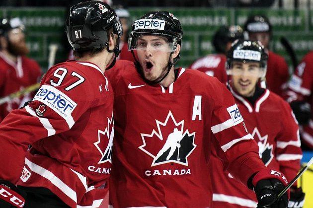 Matt Duchene (uprostřed) a Connor McDavid oslavují vstřelenou branku ve finále MS proti Finsku.