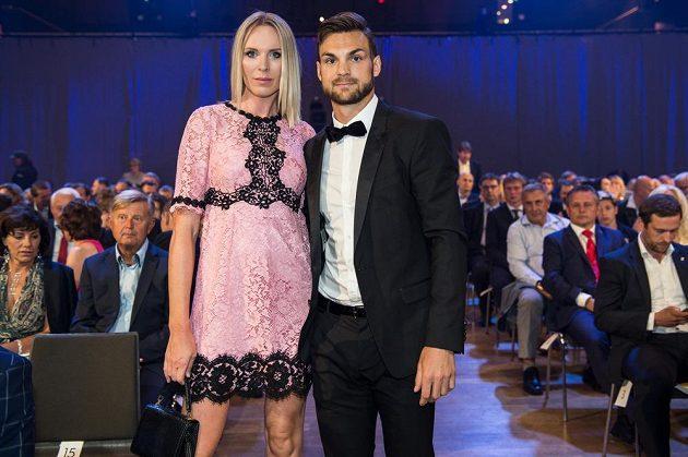 Hokejista Michael Frolík s partnerkou Dianou Kobzanovou během slavnostního vyhlášení ankety Zlatá hokejka 2017.