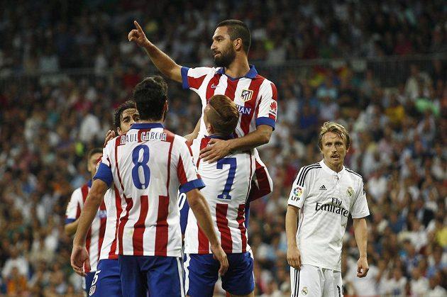 Turecký reprezentant Arda Turan (nahoře) vstřelil vítězný gól Atlétika Madrid na půdě městského rivala Realu.
