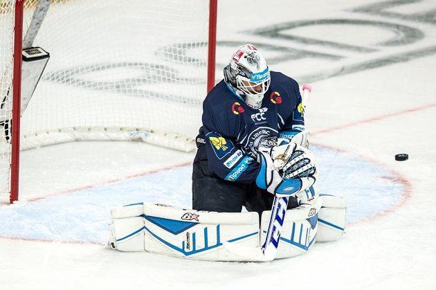 Liberecký brankář Marek Schwarz zasahuje v zápase proti Spartě.