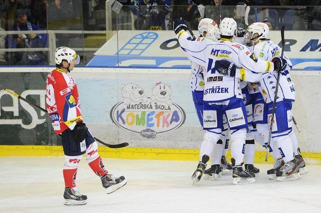 Brněnští hráči se radují z gólu, vlevo je Václav Benák z Pardubic.
